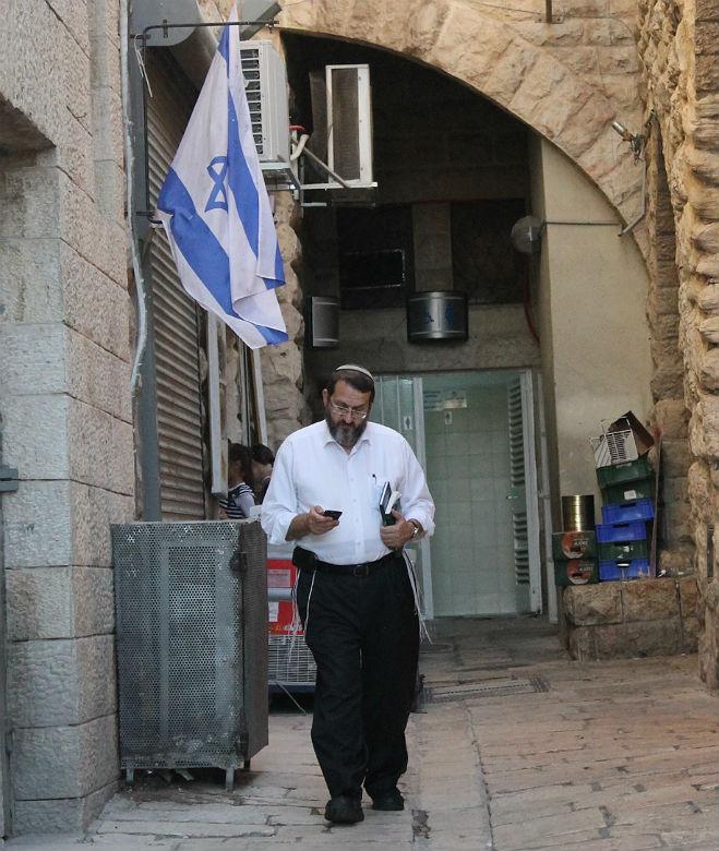 Judío usa su móvil en Jerusalén (Foto: Lucía El Asri)