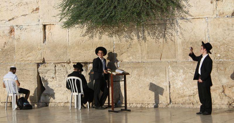 Jóvenes judíos ultraortodoxos se hacen fotos en el Muro de las Lamentaciones (Foto: Lucía El Asri)