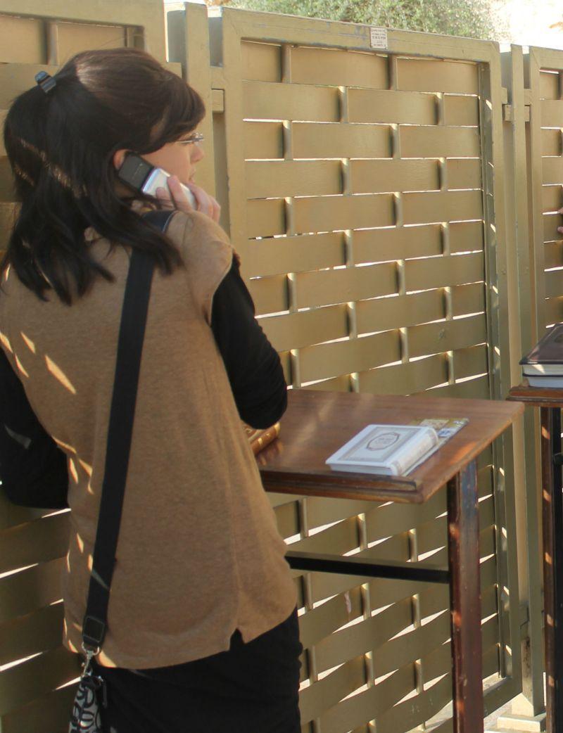 Mujer judíahabla por el móvil en el Muro de las Lamentaciones (Foto: Lucía El Asri)